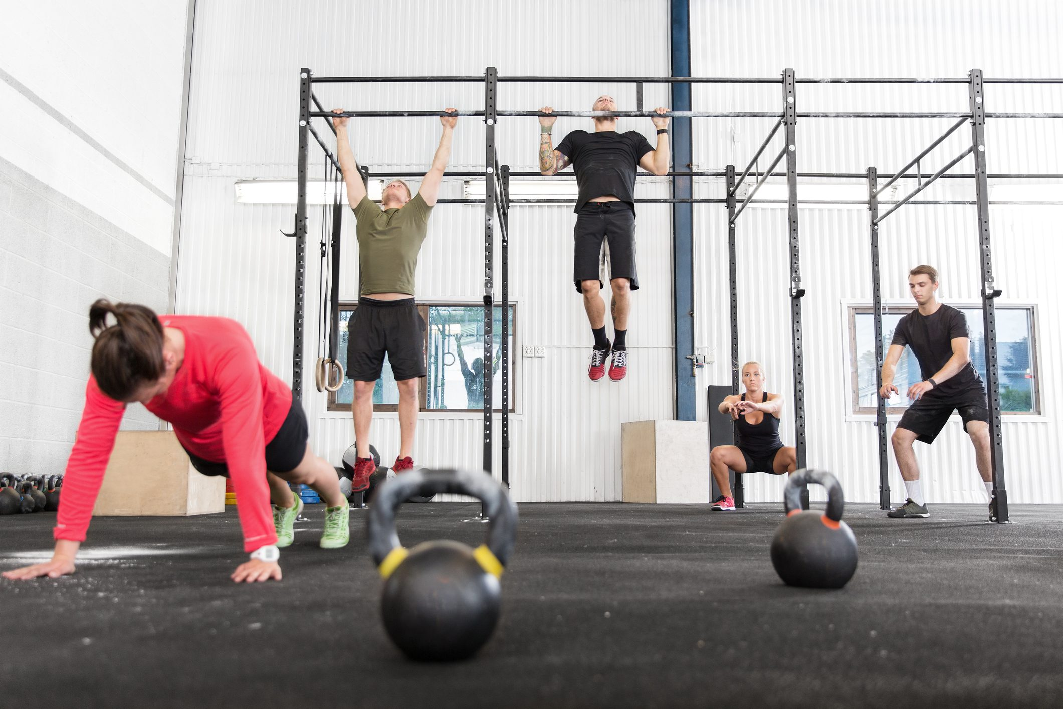 crossfit doing pushups, pull ups and squats